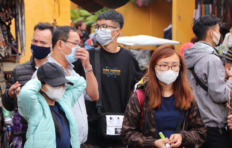 Khẩu trang y tế hiện nay vẫn đang là một mặt hàng được người tiêu dùng săn lùng bởi là giải pháp khá an toàn, yên tâm trong công cuộc phòng chống dịch viêm phổi cấp do virus corona lan rộng.